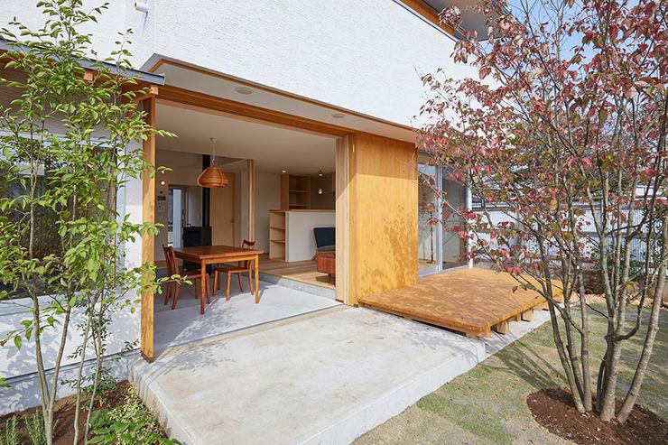 庭と一体となった土間ダイニング 一級建築士事務所co-designstudio 北欧風 庭 コンクリート 木目調
