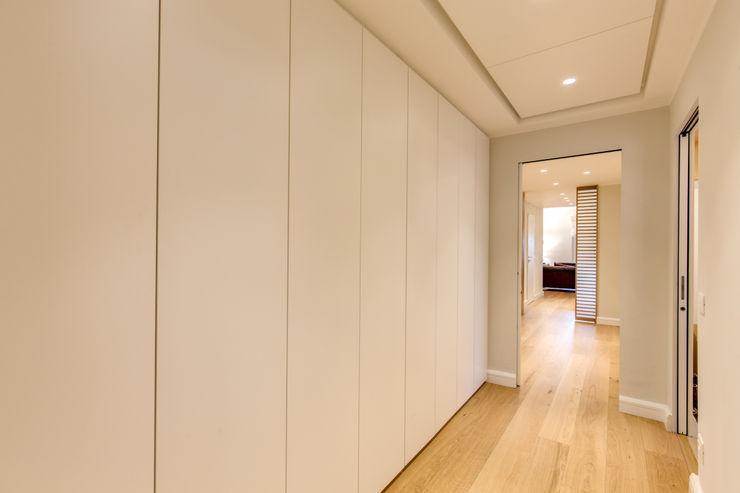 CAMILLUCCIA MOB ARCHITECTS Ingresso, Corridoio & Scale in stile moderno