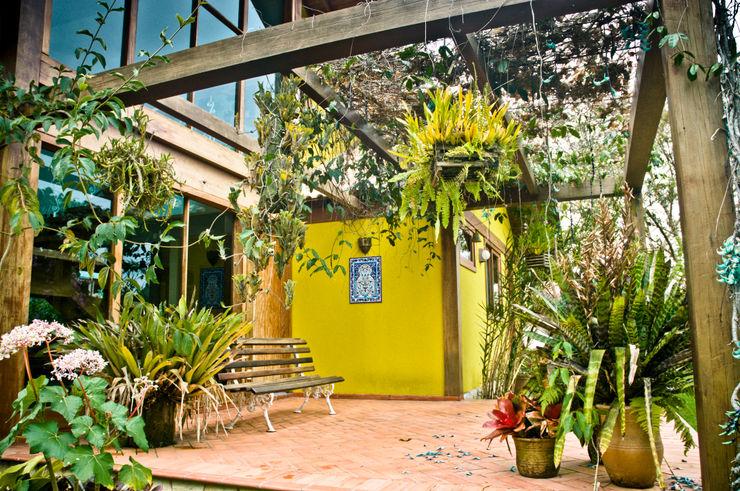 Carlos Eduardo de Lacerda Arquitetura e Planejamento Balkon, Beranda & Teras Gaya Country Yellow