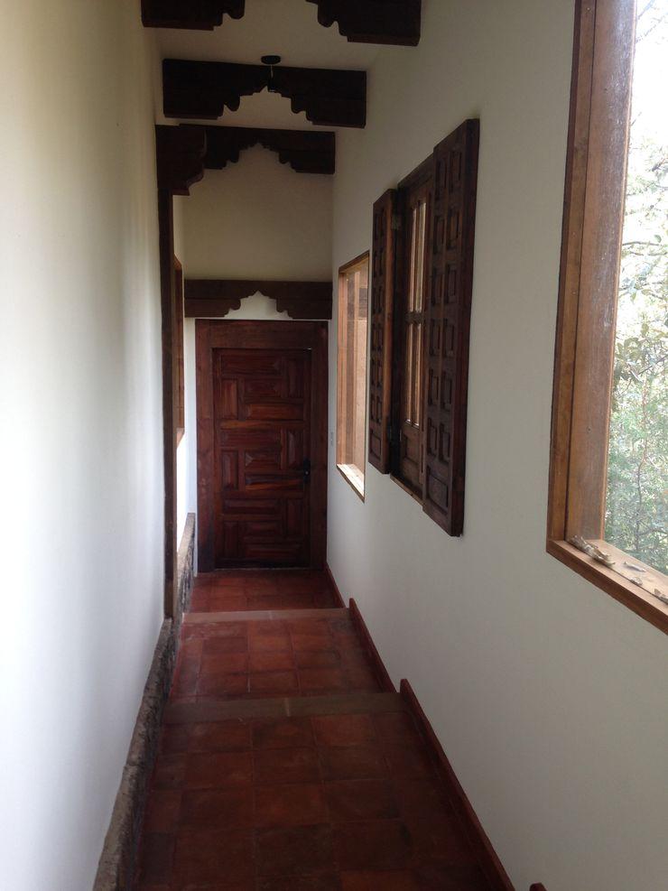 MVarquitectos Arq. Irma Mendoza Rustic style corridor, hallway & stairs