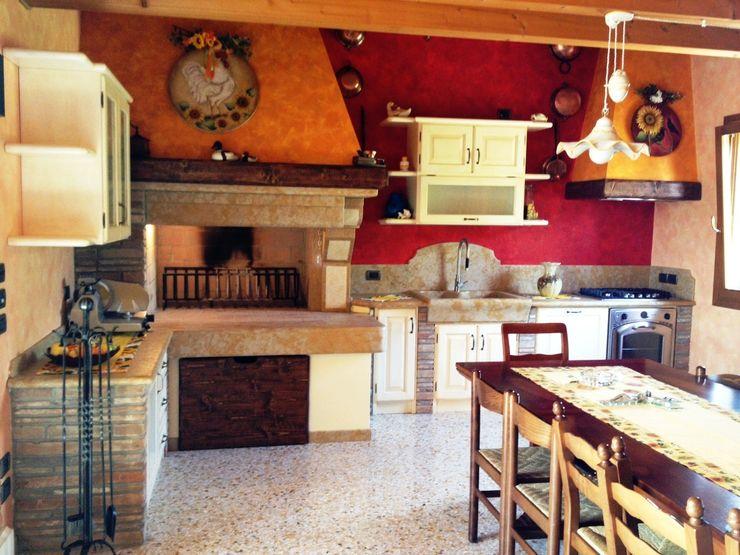 SALM Caminetti Cocinas de estilo rústico Mármol