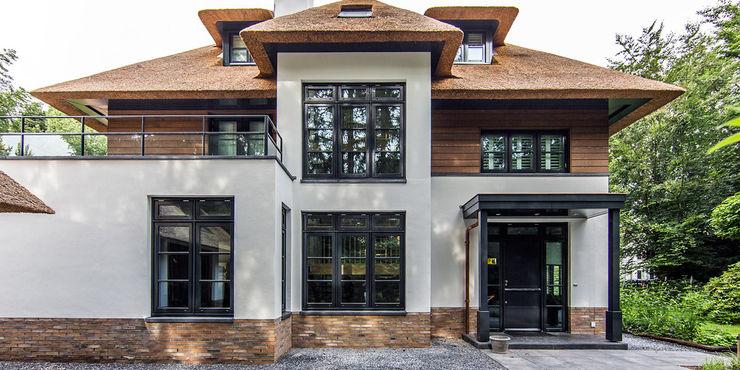 LANDELIJKE RIETGEDEKTE VILLA NAARDEN DENOLDERVLEUGELS Architects & Associates Landelijke huizen