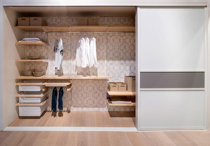 """Elfa und Lumi exhibition in furniture showroom """"Möbel Inhofer"""" Pamela Kilcoyne - Homify DormitoriosArmarios y cómodas"""