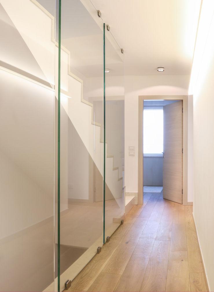 VILLE COLOMBERA – FINITURE ed INTERIOR DESIGN, Contemporaneo/Moderno 2P COSTRUZIONI srl Ingresso, Corridoio & Scale in stile moderno