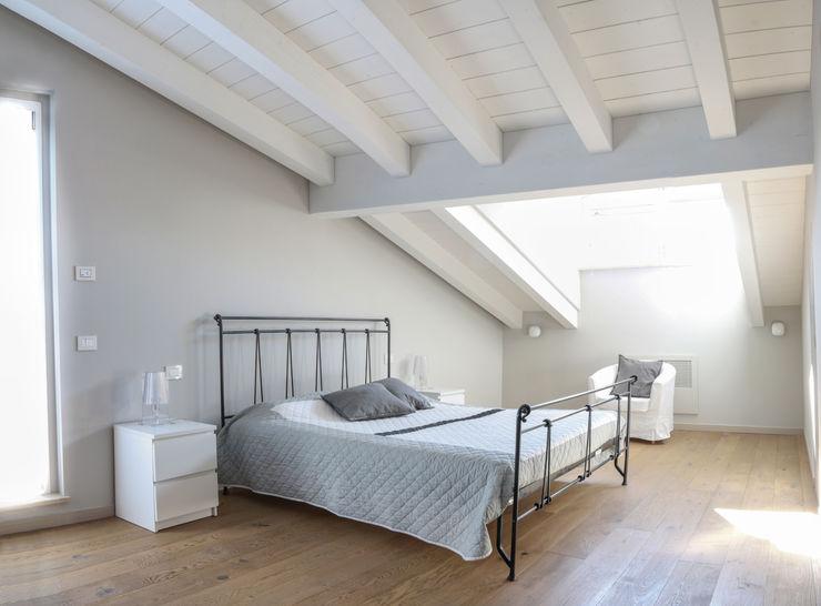 VILLE COLOMBERA – FINITURE ed INTERIOR DESIGN, Contemporaneo/Moderno 2P COSTRUZIONI srl Camera da letto moderna
