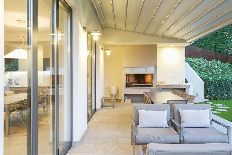 homify Balcone, Veranda & Terrazza in stile minimalista