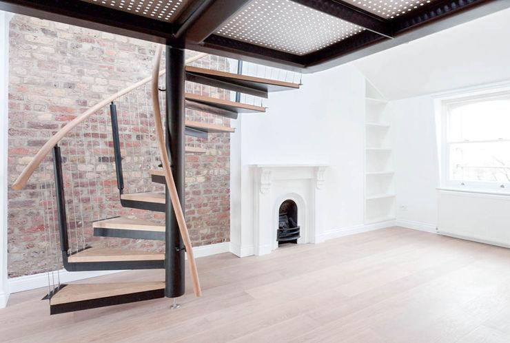 Spiral staircase to the mezzanine Railing London Ltd Pasillos, vestíbulos y escaleras modernos