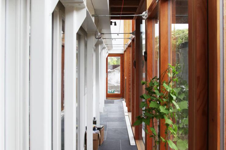 Porthcothan Responsive Home Innes Architects Modern corridor, hallway & stairs