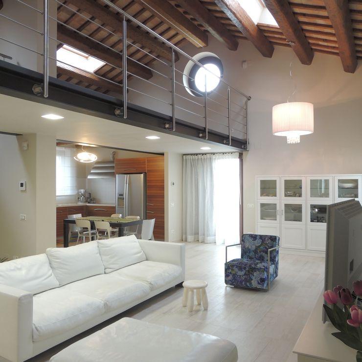 Veduta dall'ingresso al piano primo con vista sul soppalco adibito a zona studio Nadia Moretti Soggiorno moderno