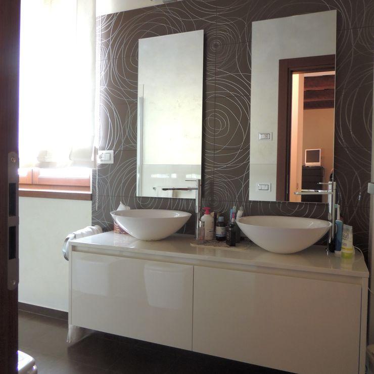 Mobile del bagno padronale con doppio lavabo a ciotola e doppio specchio; rivestimento in ceramica decorata Nadia Moretti Bagno moderno