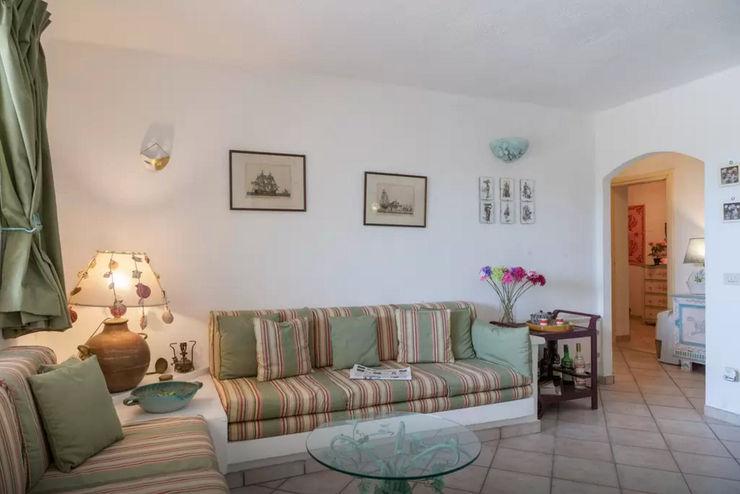 Mediterranean Villa in Sardinia Tania Mariani Architecture & Interiors SoggiornoDivani & Poltrone Fibre naturali Verde