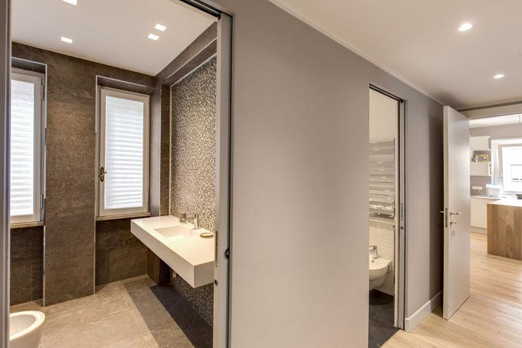 TRIESTE MOB ARCHITECTS Ingresso, Corridoio & Scale in stile moderno