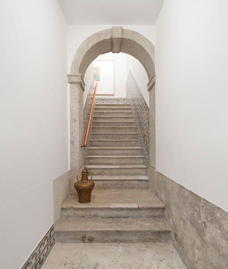 Alberto Caetano Modern corridor, hallway & stairs