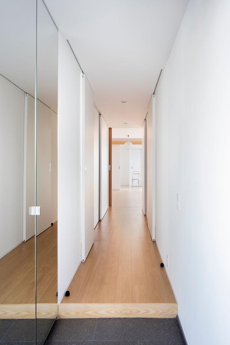 Casa Verde 御所西 株式会社 藤本高志建築設計事務所 モダンスタイルの 玄関&廊下&階段 無垢材 白色