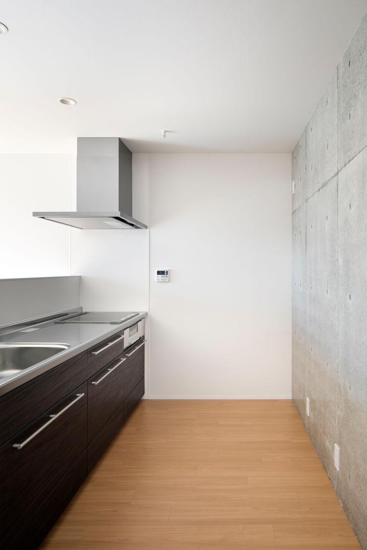 Casa Verde 御所西 株式会社 藤本高志建築設計事務所 モダンデザインの リビング 木材・プラスチック複合ボード 白色