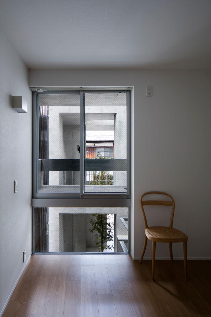 Casa Verde 御所西 株式会社 藤本高志建築設計事務所 モダンスタイルの寝室 コンクリート 白色