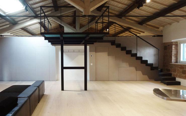 Casale La Mandriola CAFElab studio Soggiorno in stile industriale Ferro / Acciaio Grigio