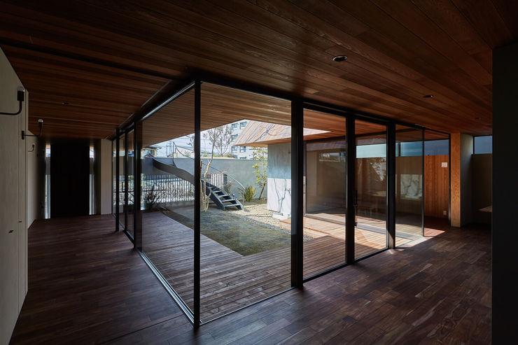 武藤圭太郎建築設計事務所 Salas modernas Madera maciza Acabado en madera