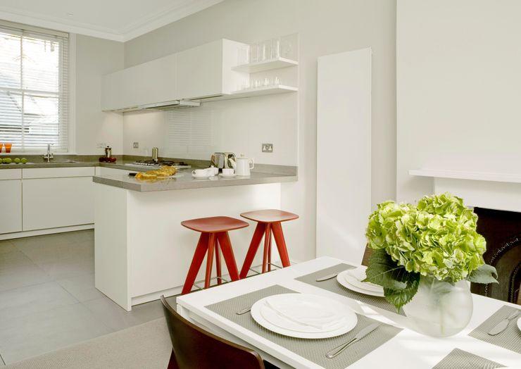 Small U Shaped Kitchen Elan Kitchens Nhà bếp phong cách hiện đại White