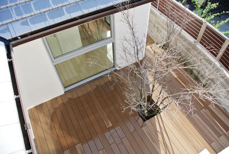 株式会社 ヨゴホームズ Scandinavian style balcony, veranda & terrace