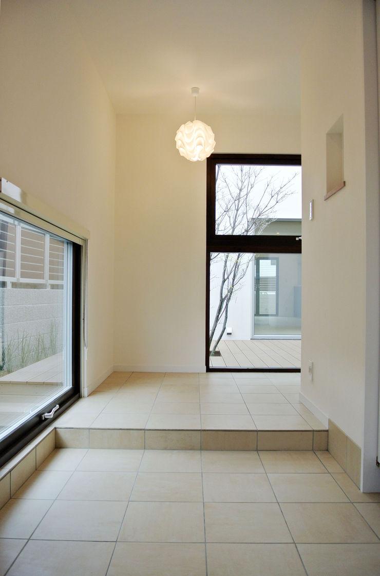 株式会社 ヨゴホームズ Scandinavian style corridor, hallway& stairs