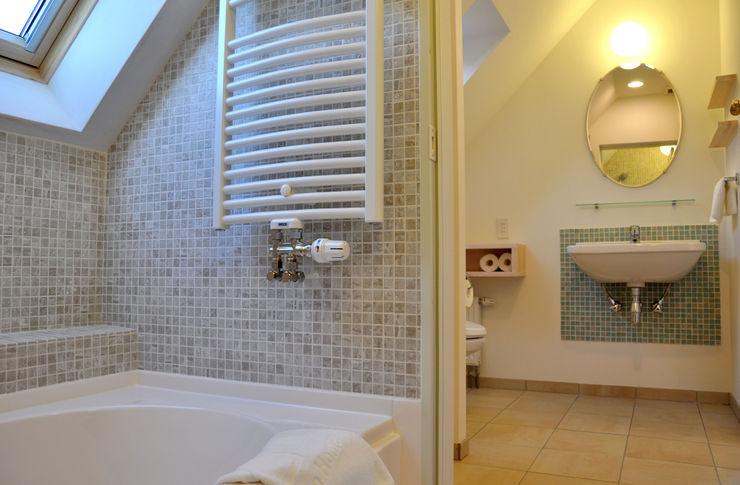 株式会社 ヨゴホームズ Scandinavian style bathroom