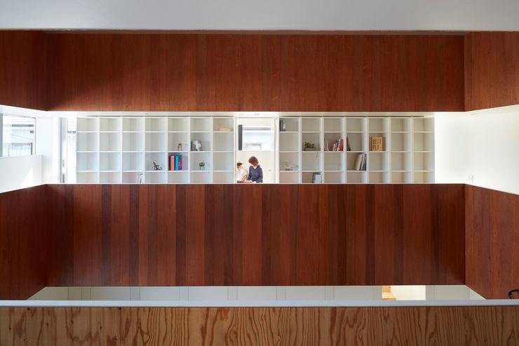 小泉設計室 Minimalist corridor, hallway & stairs