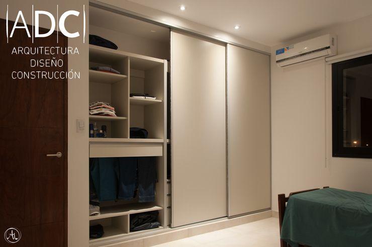 Vista general de vestidor juvenil DIAZ GUERRA ESTUDIO DormitoriosArmarios y cómodas