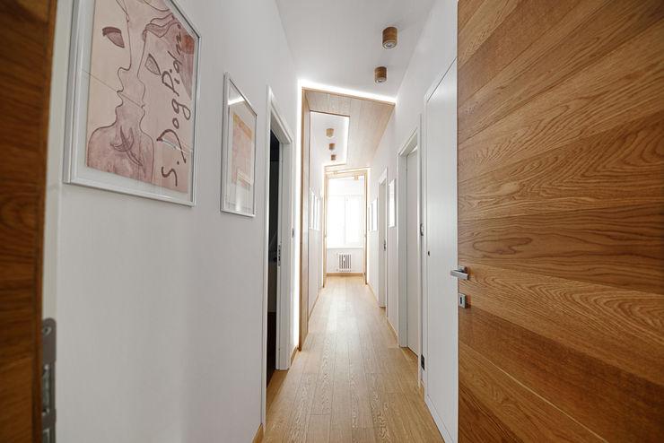 homify Moderne gangen, hallen & trappenhuizen Hout Wit