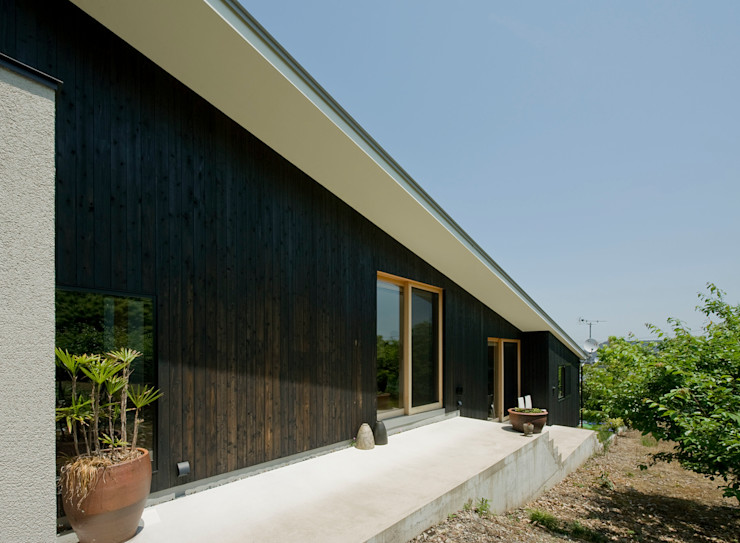 LIC・山本建築設計事務所 Modern houses Wood Black