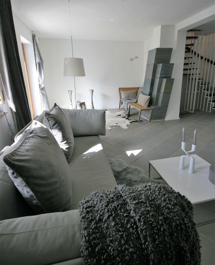 Münchner home staging Agentur GESCHKA Modern living room Grey