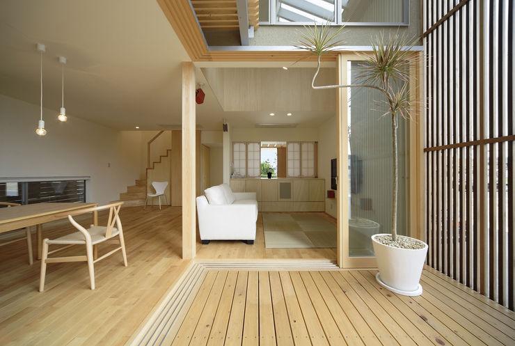 テラス~リビング LIC・山本建築設計事務所 モダンデザインの リビング