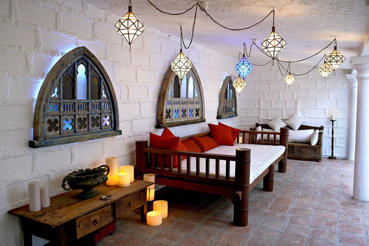 Moroccan lighting at the outdoor living room homify Balcon, Veranda & TerrasseEclairage Fer / Acier Noir