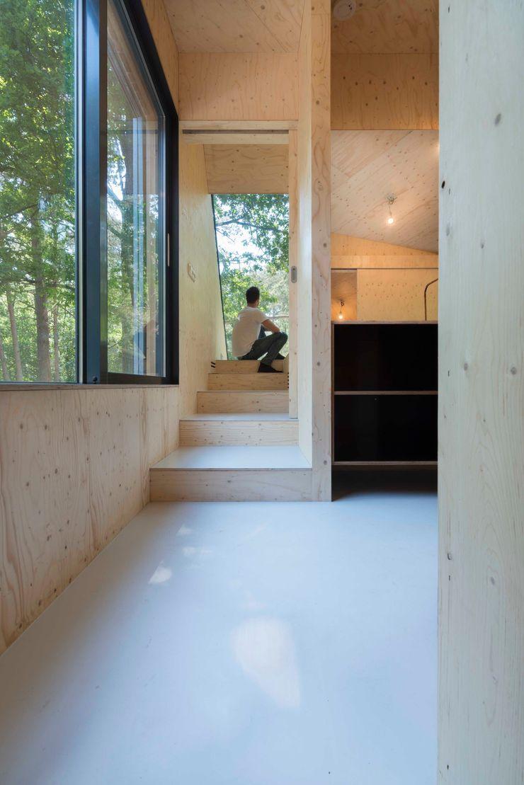 Bloot Architecture Modern corridor, hallway & stairs