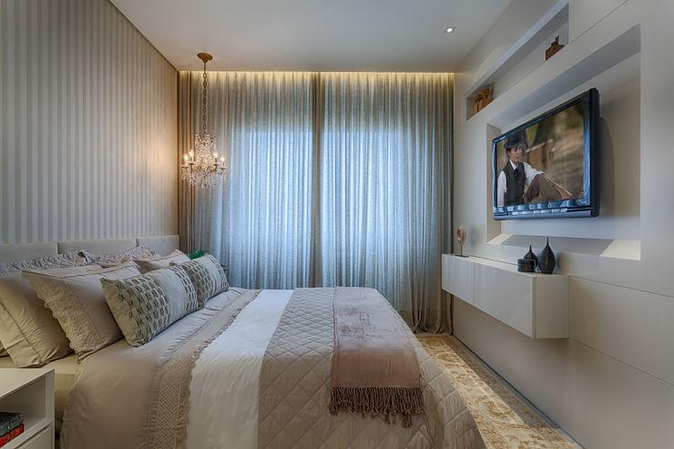 Emmanuelle Eduardo Arquitetura e Interiores Classic style bedroom Beige