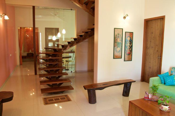 Bungalow in Bhuj Design Kkarma (India) Eclectic style corridor, hallway & stairs