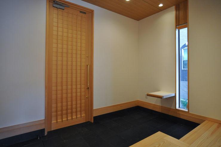 バスケットボールのできる家 (株)独楽蔵 KOMAGURA モダンスタイルの 玄関&廊下&階段