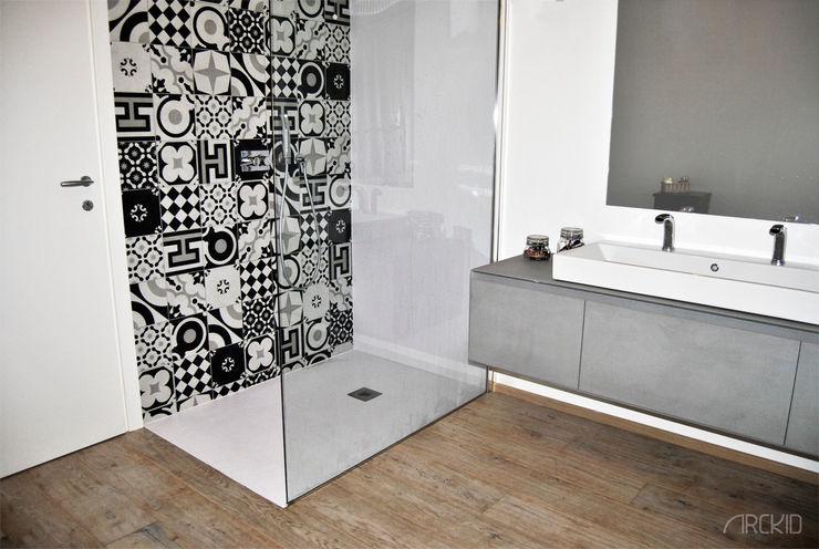 ArcKid Casas de banho modernas Cinzento