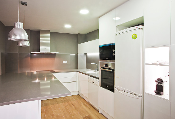 Cocina equipada Grupo Inventia Cocinas modernas Derivados de madera Blanco