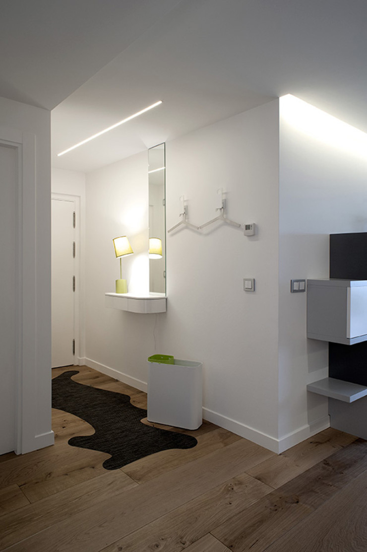 Iluminación entrada con líneas de luz Taralux Iluminación, S.L. Pasillos, vestíbulos y escaleras de estilo ecléctico