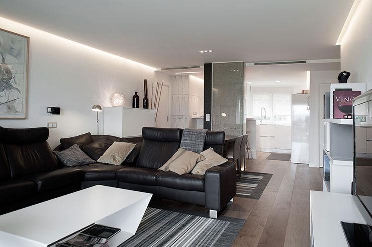 Iluminación sala con líneas de luz Taralux Iluminación, S.L. Salones de estilo ecléctico