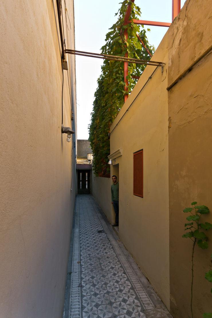 Pop Arq Minimalist corridor, hallway & stairs