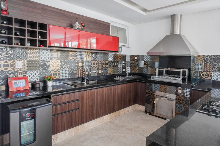 Churrasqueira e Varanda Gourmet Heloisa Titan Arquitetura Garagens e edículas modernas MDF Vermelho
