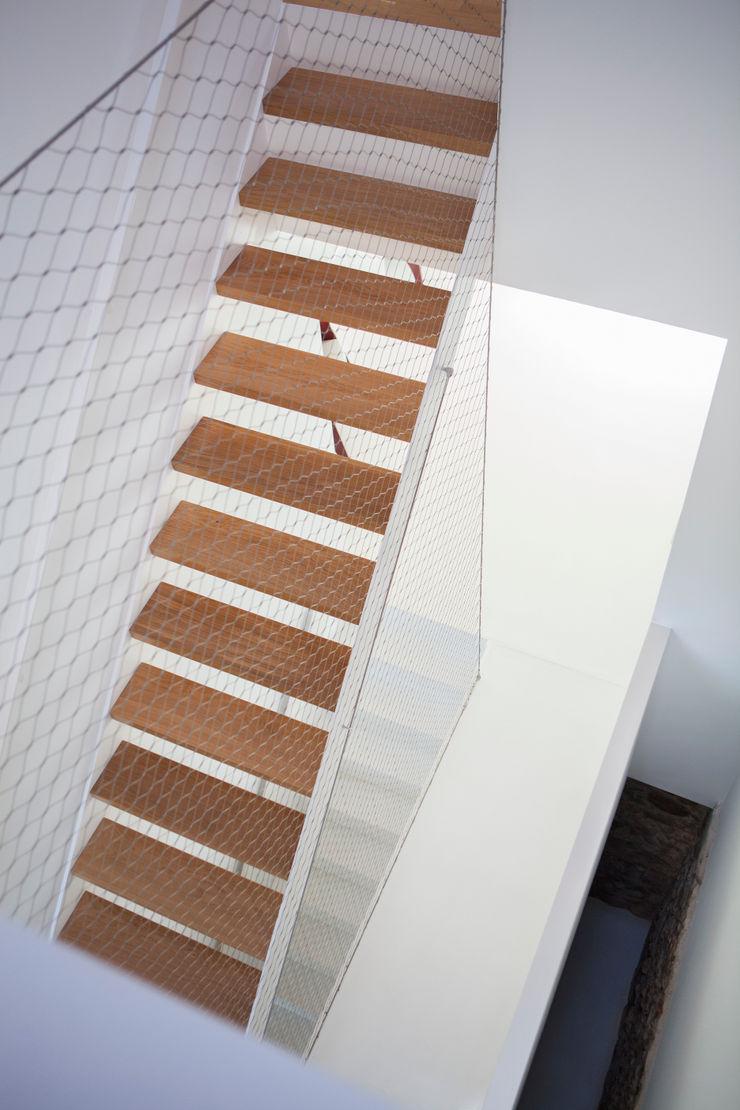 Escalera CABRÉ I DÍAZ ARQUITECTES Pasillos, vestíbulos y escaleras minimalistas