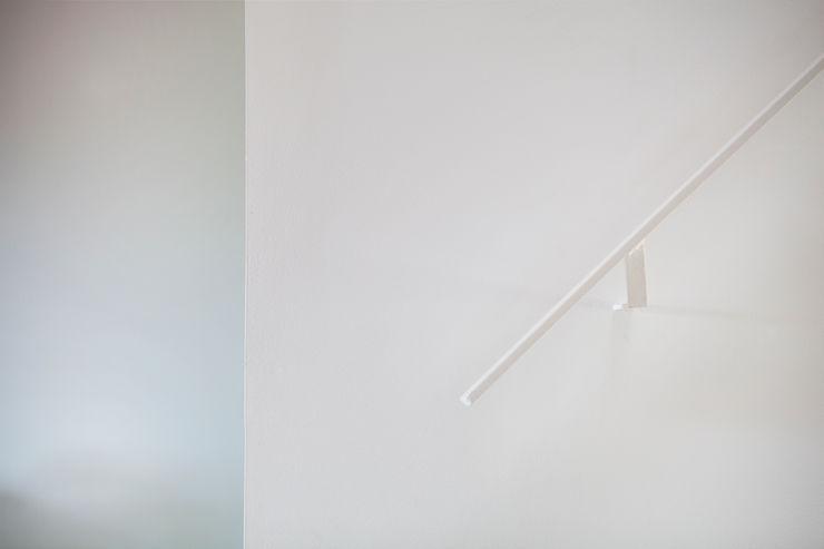 Detalle barandilla CABRÉ I DÍAZ ARQUITECTES Pasillos, vestíbulos y escaleras minimalistas