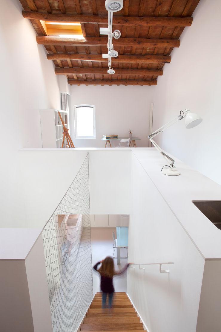 Estudio/escalera CABRÉ I DÍAZ ARQUITECTES Pasillos, vestíbulos y escaleras minimalistas