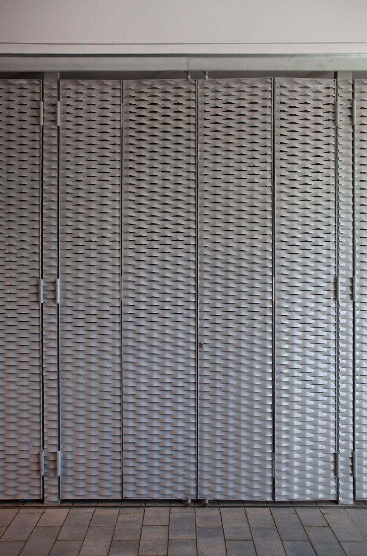 Detalle puertas garaje CABRÉ I DÍAZ ARQUITECTES Garajes minimalistas