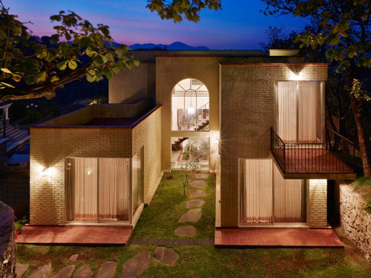 FACHADA POSTERIOR Excelencia en Diseño Casas de estilo colonial Ladrillos Beige