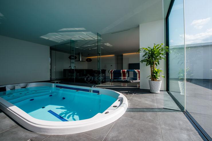 KKZ-house 門一級建築士事務所 モダンスタイルの プール タイル 黒色