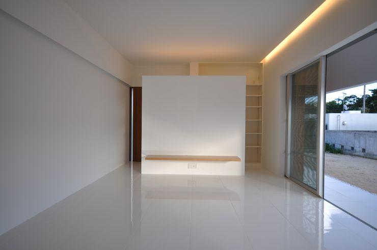 門一級建築士事務所 Soggiorno moderno Piastrelle Bianco